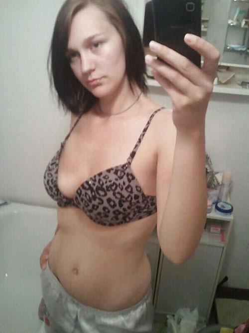 Jolie coquine propose des soirées chauds et des plans sexe en direct devant sa webcam